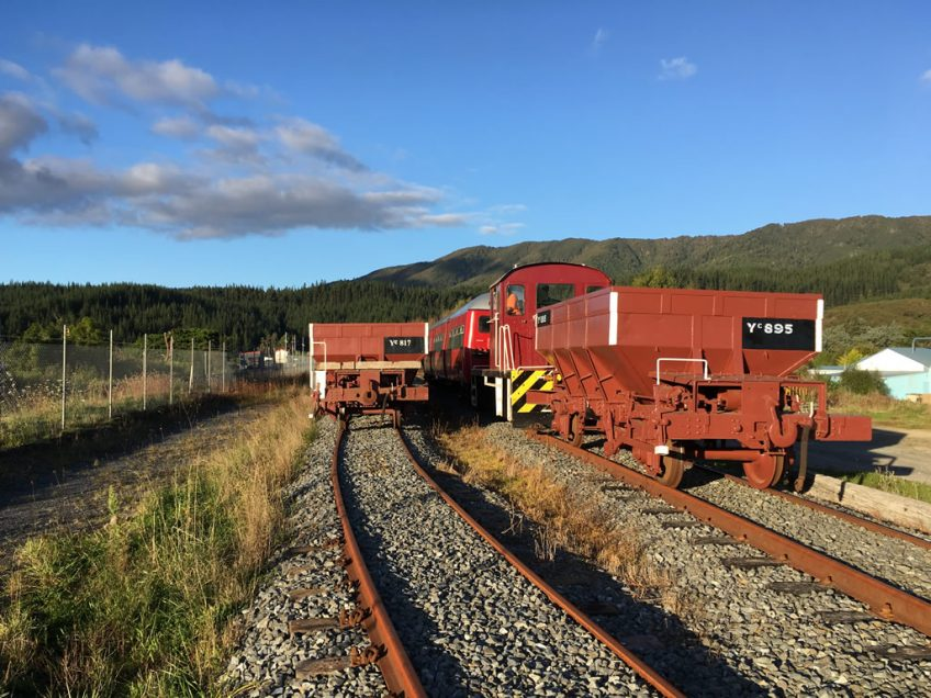 Tr189 shunting ballast wagons at Maymorn in April 2017