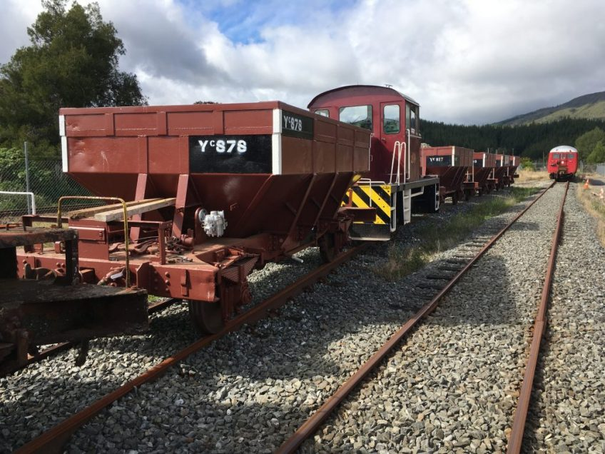 Tr189 shunting loaded ballast wagons into the loop