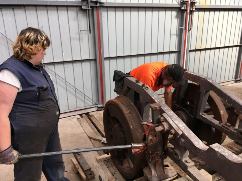 Lowering main frames onto driving wheel axleboxes